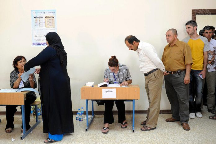 Iraqi citizens casting ballots (UN Photo)