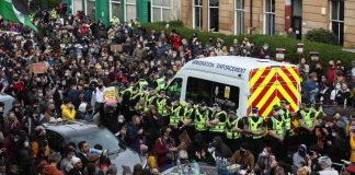 Men detained by Home Office released after face off with protesters in Glasgow (Report)